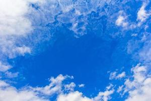 blauwe lucht tussen verbazingwekkende wolken en wolkenformaties in noorwegen. foto