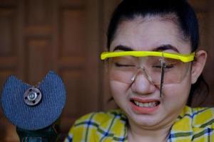 draag een veiligheidsbril redde deze technicus vrouw is in het oog tijdens het werken omdat de plug-snijschijf kapot is foto