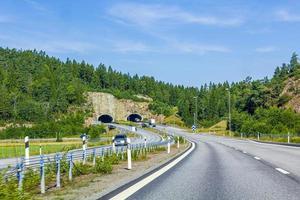 rijden door Zweden richting de tunnel in de zomer. foto