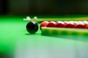 snookerballen op groene snookertafel foto