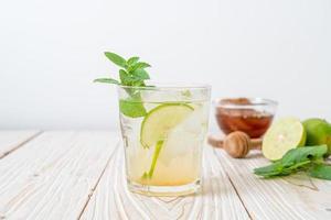 ijskoude honing en limoensoda met munt - verfrissend drankje foto