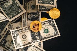 cryptomunten op gouden achtergrond foto