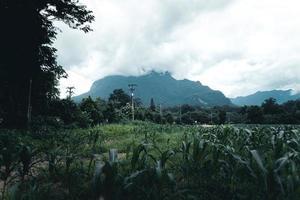 bergen en dorpen in het regenseizoen foto