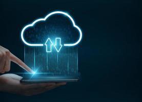 cloud computing-concept, man hand met smartphone verbinding maken met cloud voor gegevensoverdracht. foto