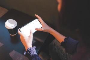 vrouw met behulp van smartphone leeg scherm mockup foto