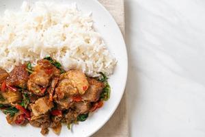 roergebakken krokante buikspek en basilicum met rijst - Aziatische lokale straatvoedselstijl foto