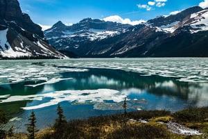 boogmeer in het vroege voorjaar met nog wat ijs op het meer. nationaal park banff, alberta, canada foto