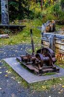zware pomp uit een kolenmijn. nationaal park banff, alberta, canada foto
