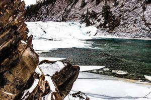 de boog valt in de winter. nationaal park banff, alberta, canada foto