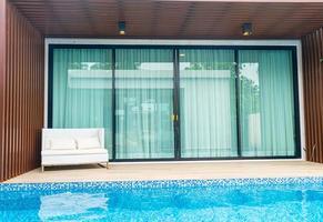 lege terrasstoel bij zwembad foto