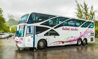 Thaise toeristenbus in moessonregen in Surat Thani, Thailand, 2018 foto