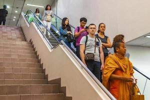 passagiers en monniken op de luchthaven van Bangkok Suvarnabhumi, Thailand, 2018 foto