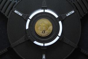 gouden bitcoin op computerprocessorbord foto