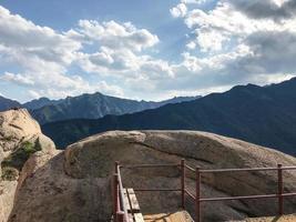 grote rotsen bij het nationale park van Seoraksan, Zuid-Korea foto