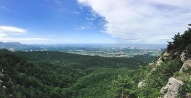 panorama. het uitzicht vanaf de bergtop van soraksan nationaal park. Zuid-Korea foto