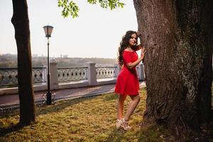 portret van een jong meisje op de achtergrond van de zomerzonsondergang foto