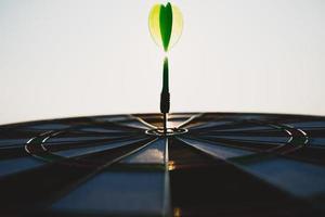 groene dartpijlen in het doelcentrum op de hemelachtergrond. zakelijk doel of doel succes en winnaar concept. foto
