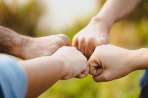 close-up van vrienden vuist hobbel. vriendschap en teamwork concept. foto