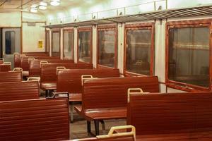 lege treinwagon en stoelen zonder passagiers. foto
