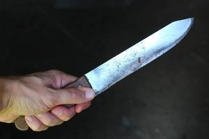 mes in de handen van een crimineel of moordenaar. foto