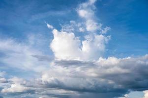 witte wolk en blauwe hemelachtergrond foto