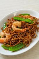 roergebakken yakisoba-noedels met doperwtjes en garnalen - Aziatisch eten foto