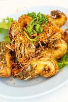 gebakken rivierkreeft of bidsprinkhaangarnalen met knoflook - zeevruchtenstijl foto