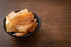 taro chips - gebakken of gebakken gesneden taro foto