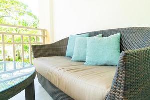 comfortabele kussendecoratie op terrasstoel op balkon foto