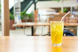 ijschrysantensap op houten tafel in café-restaurant foto