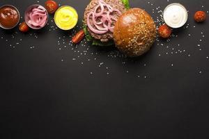 heerlijke hamburger met ketchups mosterd foto