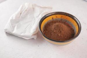 cacaopoeder in een kom op tafel foto