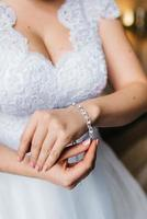 de bruid draagt een trouwarmband aan haar linkerhand foto