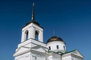 kathedraal van de orthodoxe kerk met iconen en altaar foto