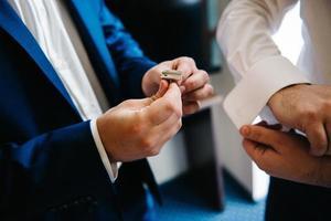 de bruid en bruidegom houden teder de handen vast tussen hen liefde en relaties foto