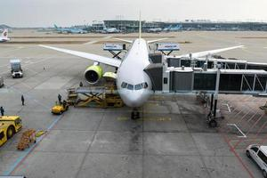 luchthavenfunctionarissen dragen de lading foto