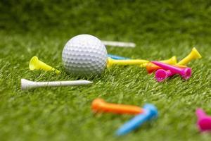 golfbal met tee is op groen gras foto