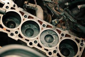zuigers en cilinderkop van motorblokvoertuig; foto
