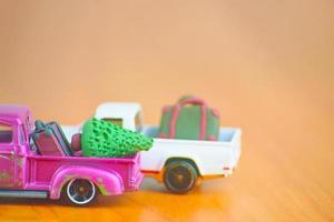 auto speelgoedmodellen met koffers en kerstboom. foto