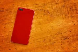 plat leggen van mobiele telefoon op houten tafel. foto