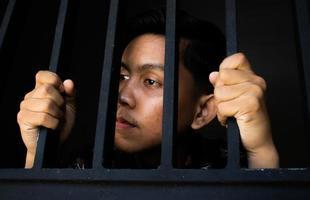 uitdrukking van man met tralies in de gevangenis foto