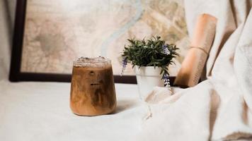 glas koffie met melk op tafel foto