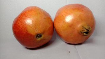 granaatappel close-up op grijze achtergrond foto