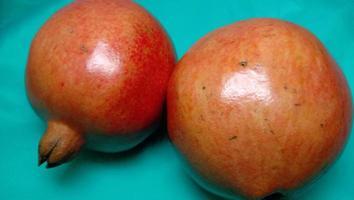granaatappel close-up op cyaan achtergrond foto