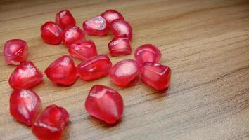 granaatappel en zadenbouillon op tafel foto