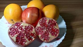 granaatappel en oranje close-up op plaat foto