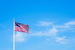 amerikaanse vlag op paal met blauwe lucht foto