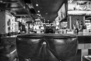 stoelen en tafel met wazige bar restaurant achtergrond foto