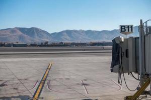 reno, nv, usa, 2021 - uitzicht op de bergen op de luchthaven foto