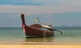 Thaise traditionele houten lange staart boot oa nang krabi thailand foto